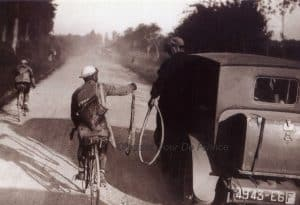 Oude Wielrenfoto's Ansichtkaarten Set Exchanging a tire 1924